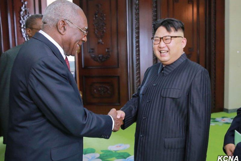 北韓最高領導人金正恩30日會見古巴共產黨特使巴爾德斯。(取自朝中社)