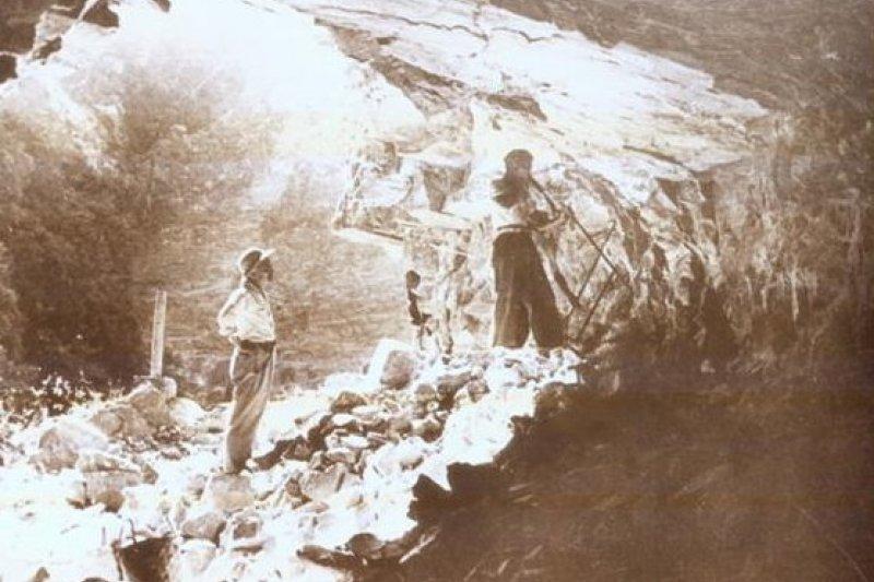 開鑿中橫公路過程艱辛,圖為1967年人工開鑿隧道情形。(取自交通部公路總局網站)