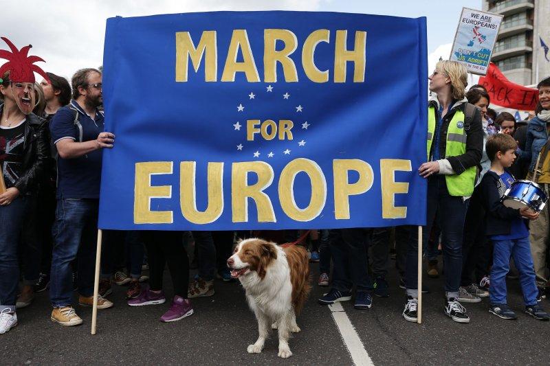 英國大批反對脫離歐盟的民眾2日走上街頭,抗議脫歐公投結果。(美聯社)