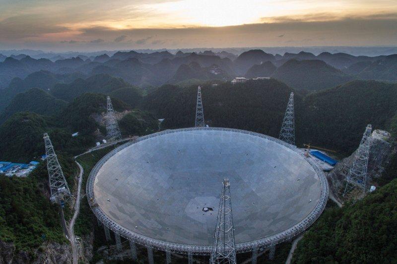 位於中國貴州省的世界最大單口徑射電望遠鏡「500米口徑球面電波望遠鏡」(FAST)(美聯社)