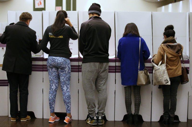 澳洲的選民2日正在雪梨一處投票站投票。(美聯社)