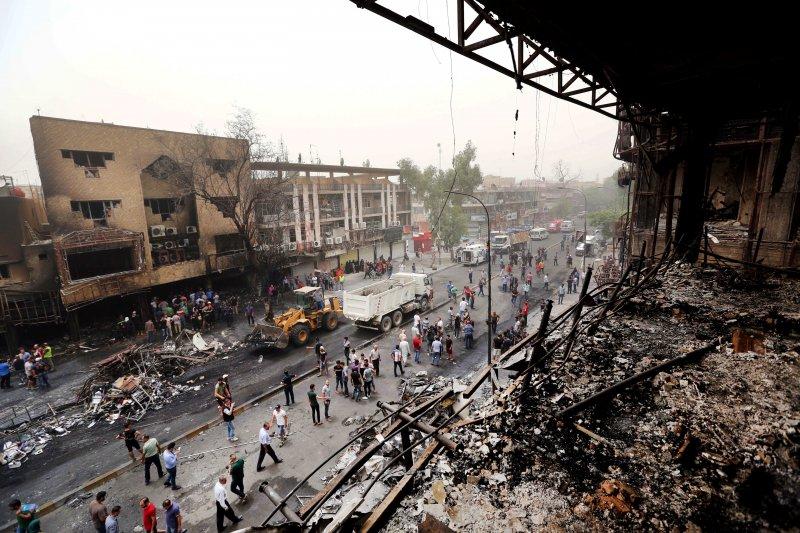 伊拉克首都巴格達3日發生恐怖攻擊,死傷慘重,伊斯蘭國宣稱犯案,現場慘不忍睹(美聯社)