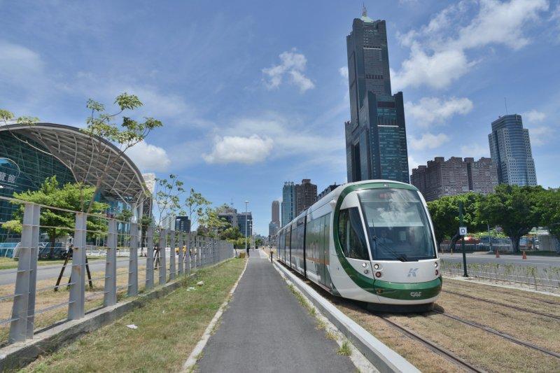 高雄輕軌是台灣首條輕軌捷運,C1至C8站於4日正式串聯通車。圖為C8高雄展覽館站。(高雄市政府提供)