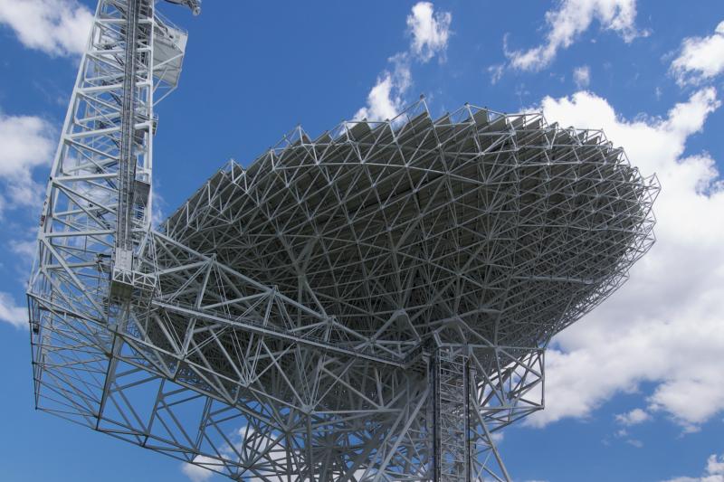 美國西維吉尼亞州的綠岸電波望遠鏡(Green Bank Telescope)(Geremia@Wikipedia, Public Domain)