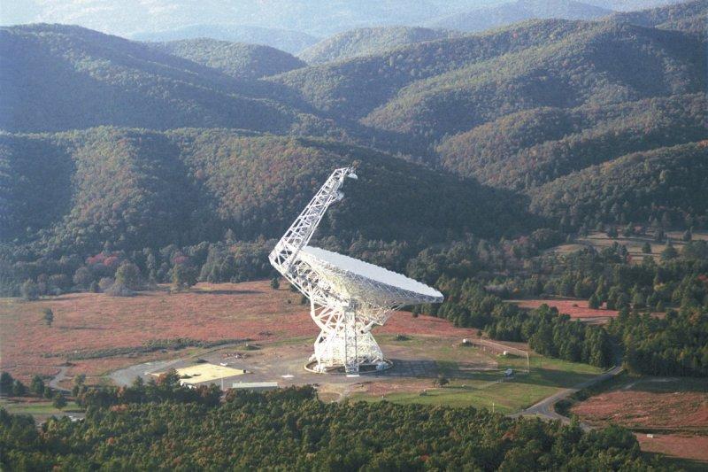 美國西維吉尼亞州的綠岸電波望遠鏡(Green Bank Telescope)(NRAO/AUI@Wikipedia / CC BY 3.0)