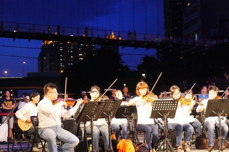 夜晚的碧潭晚風徐徐,碧潭風景區東岸廣場舉辦「爵隊響喨音樂會」,讓樂迷重溫對爵士樂的新感動。(圖/新北市觀光旅遊局提供)