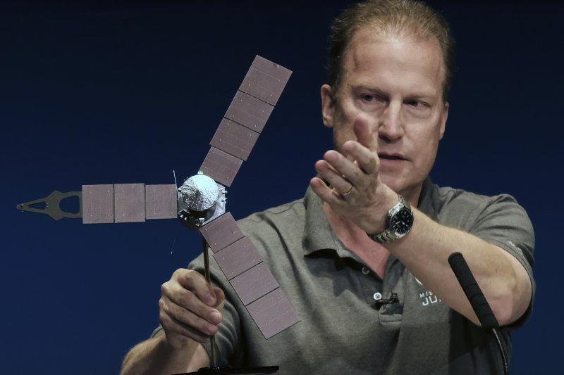 木星探測器「朱諾號」(Juno)的計畫主持人尼巴肯正在講解「朱諾號」這次任務的細節。(美聯社)