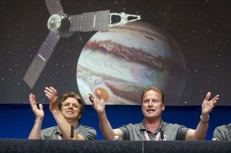 木星探測器「朱諾號」(Juno)順利進入木星軌道,NASA的工作人員都同感振奮。(美聯社)