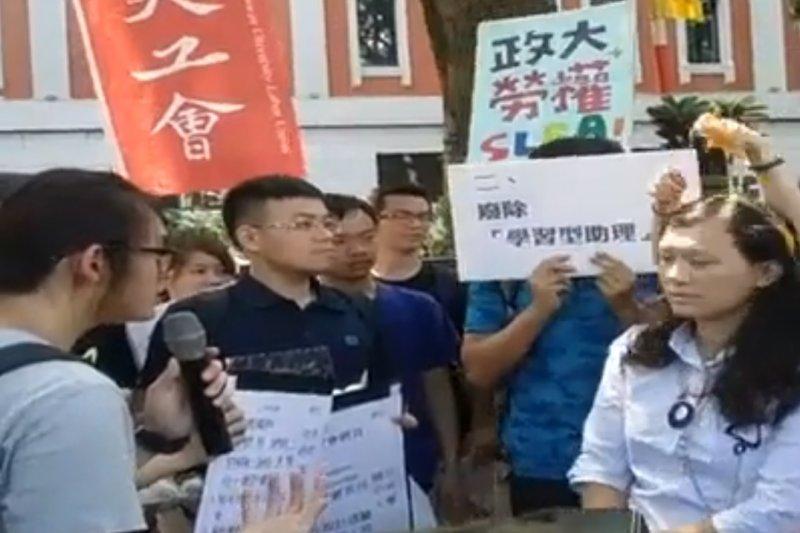 為爭取助理勞動權,學生4日至教育部門前舉行「反對大學假學習真勞動」抗議行動,政大學生高若想在教育部官員頭上捏破雞蛋。(取自全國學生勞動組合臉書直播影片)