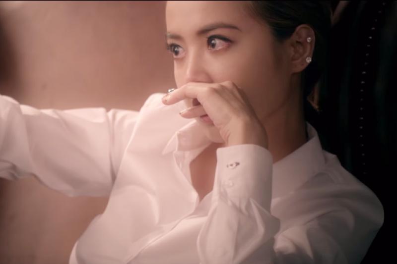在Jolin 的〈第三人稱〉MV 裡,劉嘉玲扮演成長後的Jolin,優雅的、自信的走過來,對過去的自己說...(圖/蔡依林官方專屬頻道@youtube)