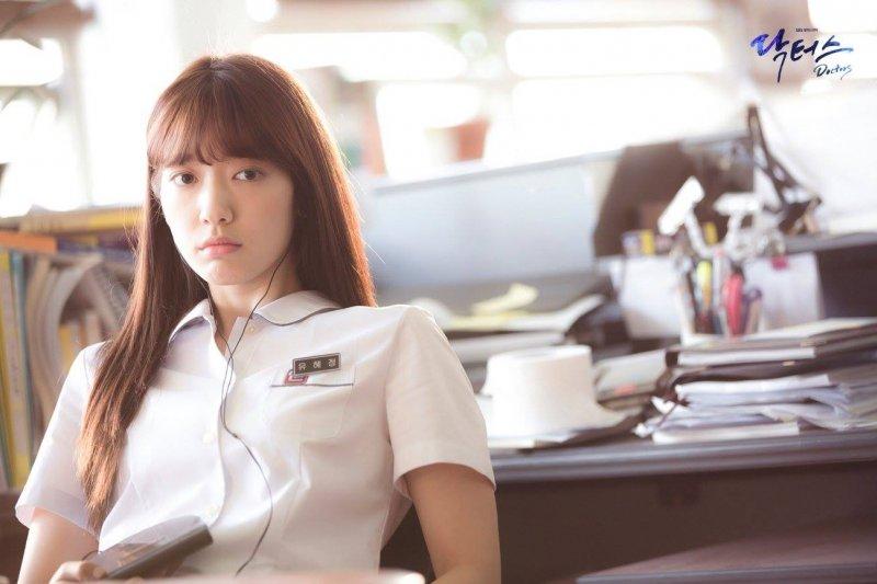 朴信惠在新戲中飾演叛逆少女,後來成功當上外科醫生(圖/SBS@facebook)