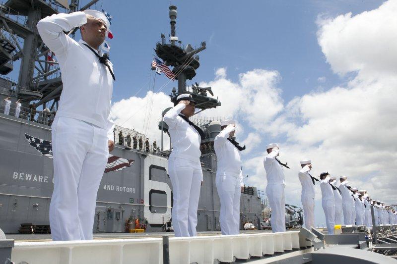 美利堅號兩棲突擊艦上的士官兵向密蘇里號戰艦致敬。(美國海軍官網)