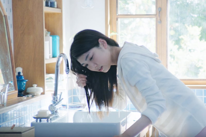 「買這麼多瓶洗髮精,你是有幾顆頭可以洗?」(圖/KaoJapan@youtube)