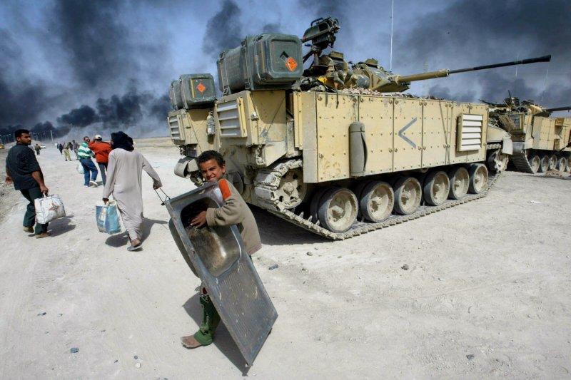 伊拉克的人民遭到戰火侵襲。(美聯社)