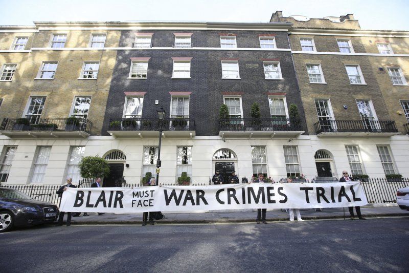 抗議民眾在布萊爾家門口,要求以「戰爭罪」起訴他。(美聯社)