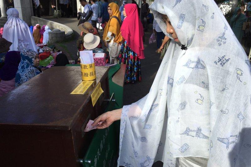 2016-07-06-台北清真寺開齋節-捐獻箱捐窮人-稱為麥子錢-王彥喬攝
