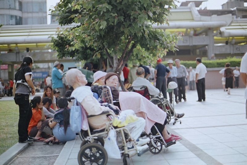 內政部今天表示,台灣65歲以上老年人口占總人口比率在今年3月底達到14.05%,已下式邁入高齡社會。(圖/SungHsuan Wang@flickr)