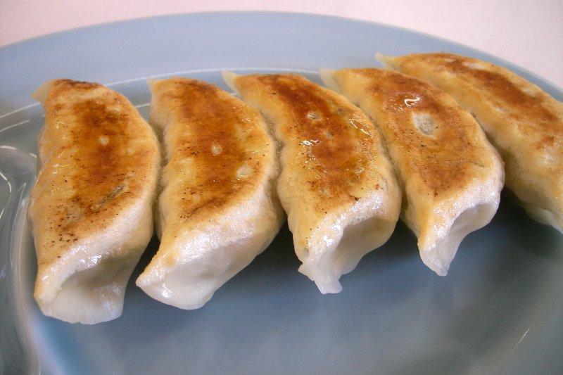 Gyoza日本餃子煎得焦黃酥脆的模樣,令人食指大動!(圖/ivva イワヲ@flickr)