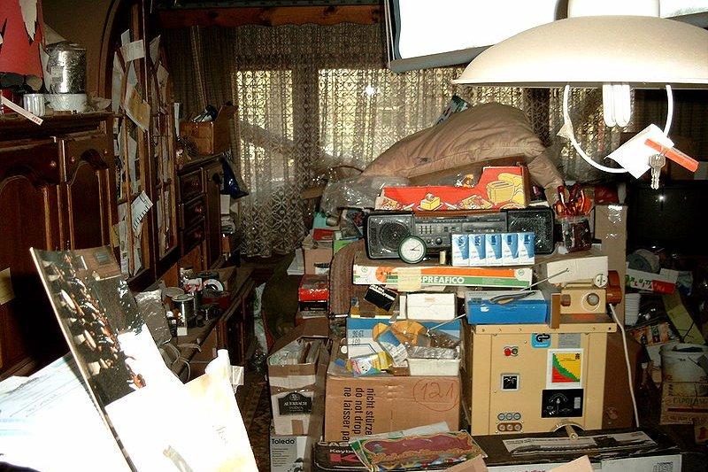 囤積症(Compulsive hoarding)是種強迫行為,過度性收購或收集物件,即使是不值錢、有危險性或不衛生的物品。(圖/wikimedia)