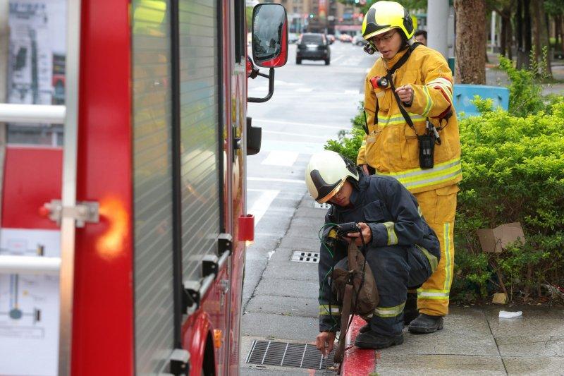 F松壽松智路口有瓦斯異味,消防員正在做偵測。(顏麟宇攝).JPG
