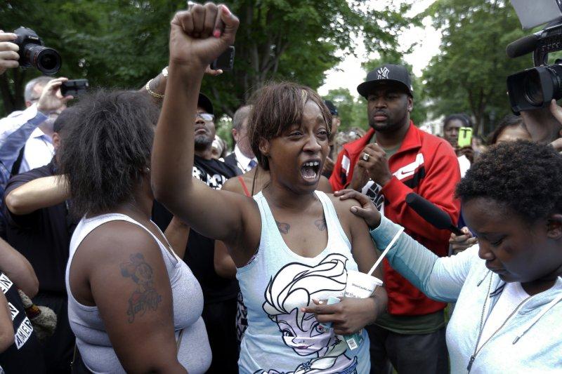美國明尼蘇達州6日發生黑人無辜遭白人警員槍殺事件,被害人費蘭多.卡斯提(Philando Castile)女友萊薇希.雷諾斯(Lavish Reynolds)將過程以臉書直播,引發廣大迴響(美聯社)