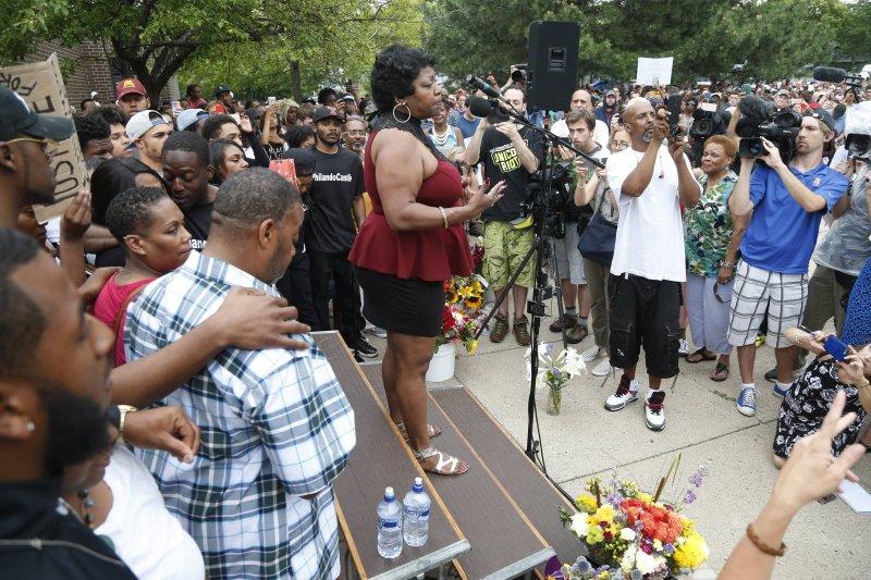 美國明尼蘇達州的黑人男子費蘭多.卡斯提(Philando Castile)無辜遭警察殺害,引起民眾大規模抗議,費蘭多的母親薇樂莉(Valire Castile)對著抗議民眾說話。(美聯社)