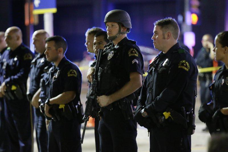 美國達拉斯7日抗議種族歧視遊行活動,多名警員遭到狙擊,死傷慘重。(美聯社)