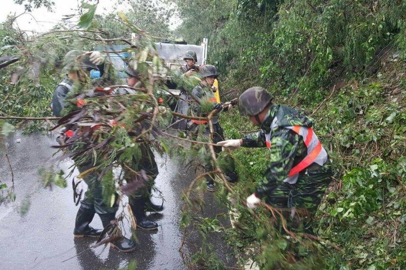 颱風尼伯特對台東地區造成嚴重災情,國軍第二作戰區派遣800人次兵力,全力投入災後復原工作。(國防部發言人臉書)