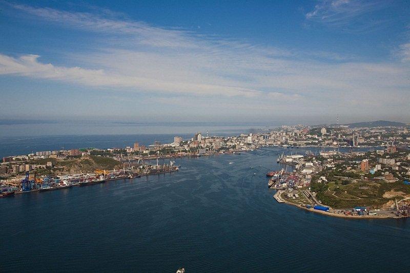 海參崴的金角灣、艾格舍利特半島和東面的高爾多賓那半島。(維基百科)