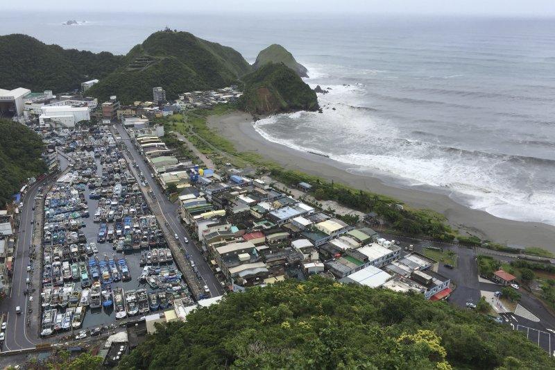 尼伯特颱風侵襲台灣,宜蘭驚濤駭浪,漁船進港避難。(美聯社)