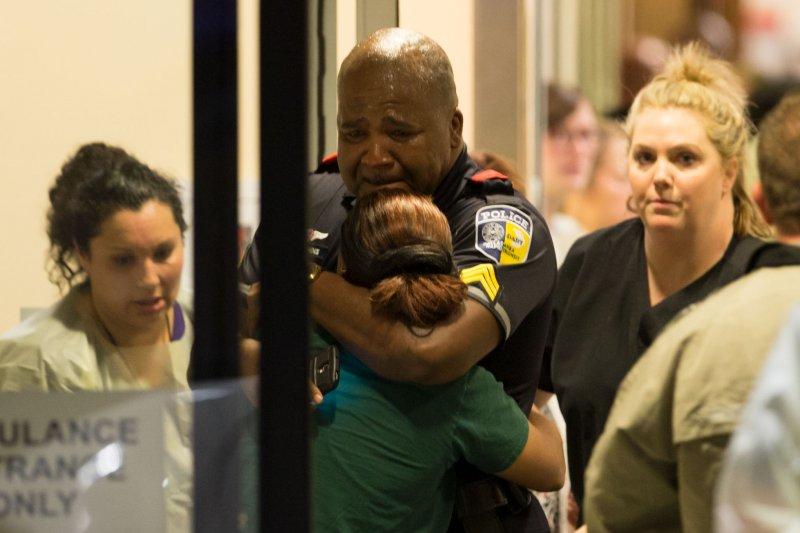 美國達拉斯7日傳出多名警員遭狙擊殉職,同事悲愴莫名。(美聯社)