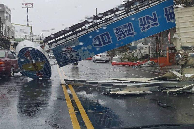 路邊招牌直接被吹落,馬路上怵目驚心。(取自黃建彰臉書)
