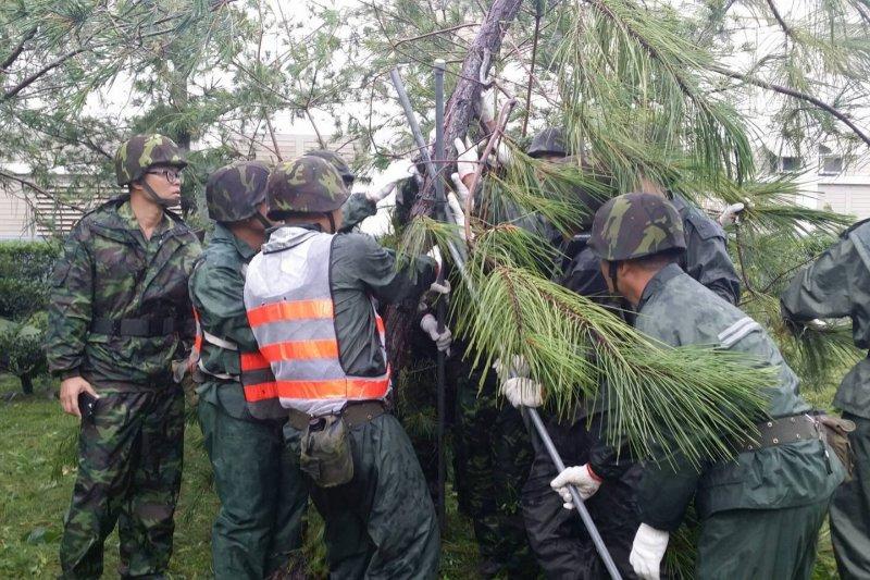 國軍因為耐操所以被農委會「相中」,要援以為農業勞動力。圖為國軍救災(取自國防部發言人臉書)