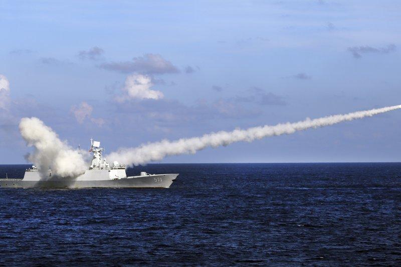 中國人民解放軍海軍南海軍演,飛彈護衛艦「運城艦」發射飛彈(美聯社)