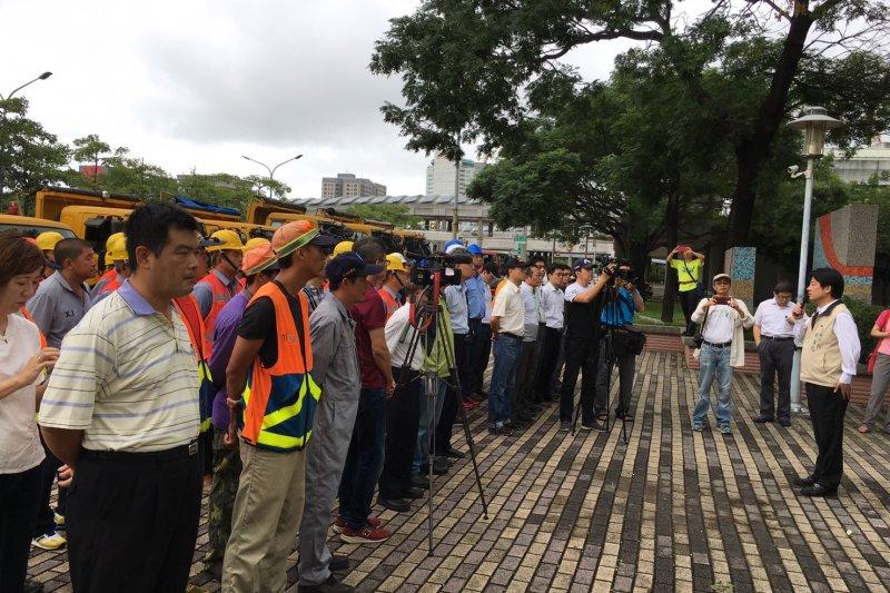台南市人力物力10日從市政府開拔前往台東。(台南市政府提供)