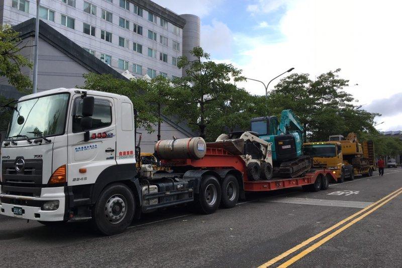 台南市第一波出動支援的機具人力,合計動員機具車輛45台,人員46人協助台東重建。(台南市政府提供)