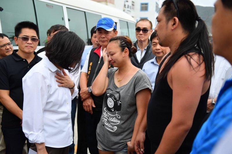 總統蔡英文10日前往綠島及蘭嶼勘災後,指示行政院在離島兩地設置重建站,希望在最短時間內讓民眾回復正常生活。(取自蔡英文臉書)