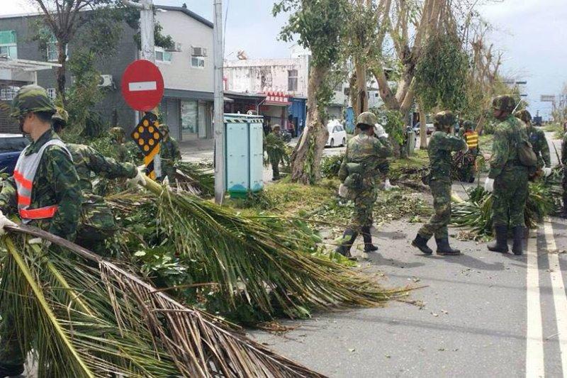 尼伯特颱風重創東台灣,國軍救災人員忙於清理路面、恢復交通。(取自蔡英文臉書)