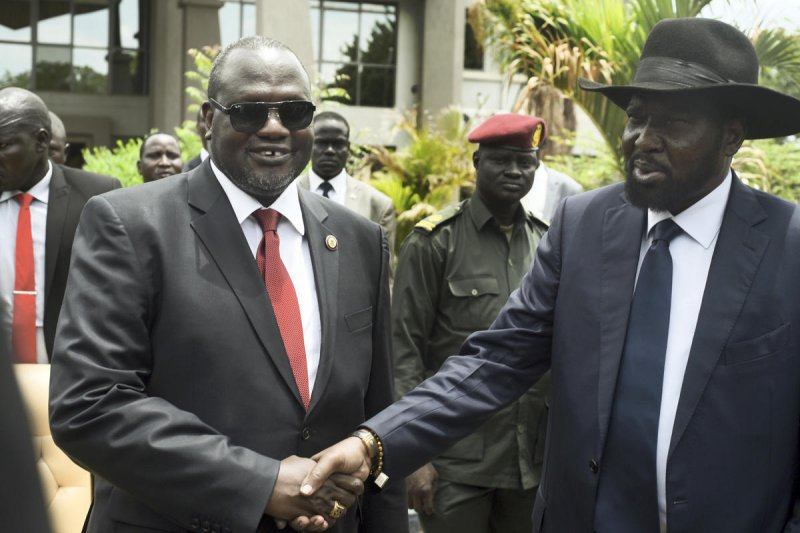 南蘇丹總統基爾(右)與副總統馬夏爾(左)表面上握手言和,私下依舊鬥爭不斷。(美聯社)