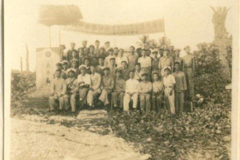 南海風雲。民國35年12月12日,我國完成接收進駐南沙太平島,接收代表全體與太平島碑一同合照,做為我國進駐接收南沙群島的見證紀錄(內政部)