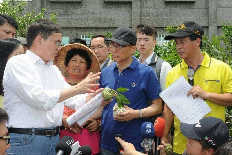 209166-尼伯特颱風,行政院長林全赴台東釋迦園勘災。(行政院提供)