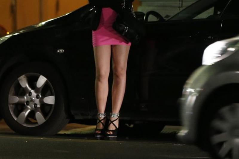 性工作者單獨行動常遭攻擊,英國擬推拉客合法化。(圖/取自推特)