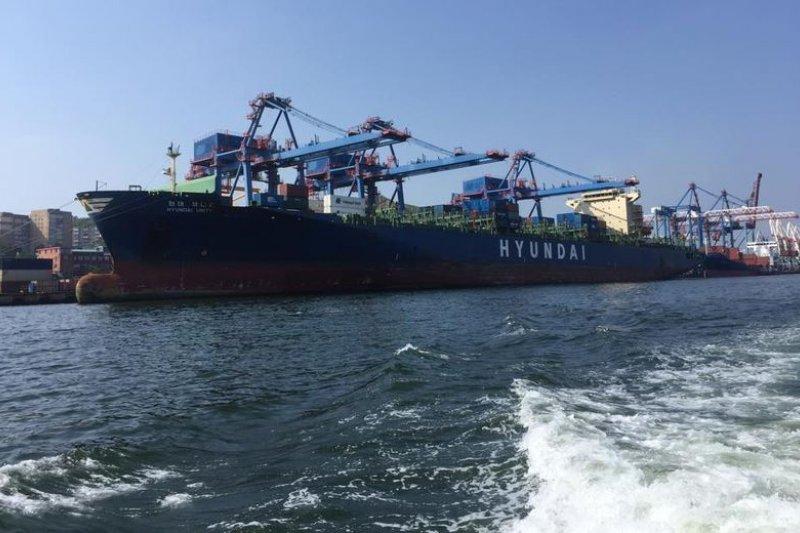 海參崴港口一景,停舶的是韓國船隻。(陳耀昌攝)