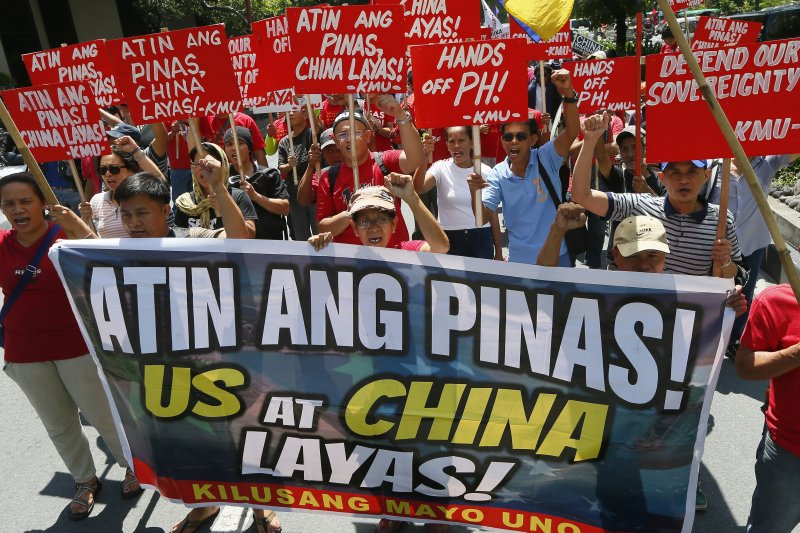 南海仲裁案結果出爐前夕,菲律賓首都馬尼拉大批民眾走上街頭抗議中國。(美聯社)