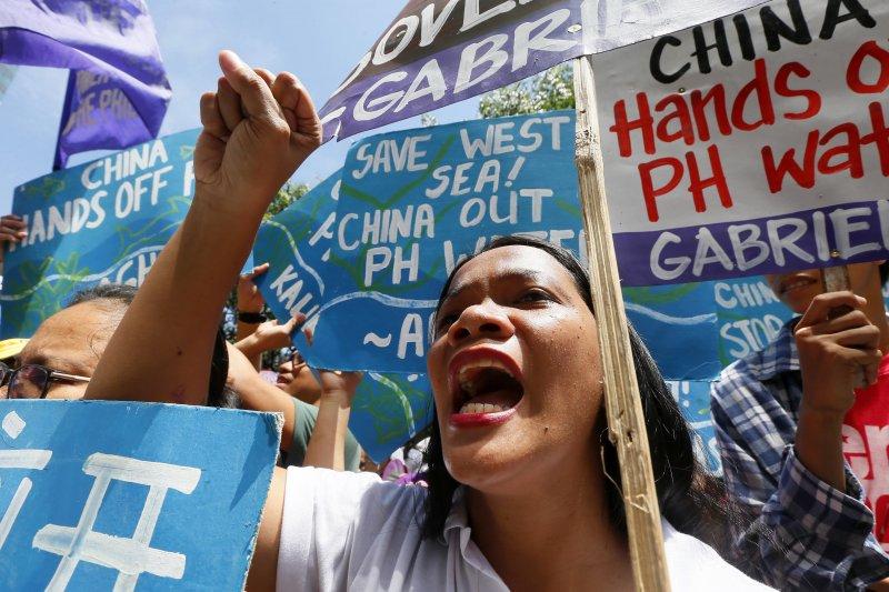 南海仲裁案「菲律賓訴中國仲裁案」結果12日出爐前夕,菲律賓首都馬尼拉大批民眾走上街頭中國抗議(美聯社)