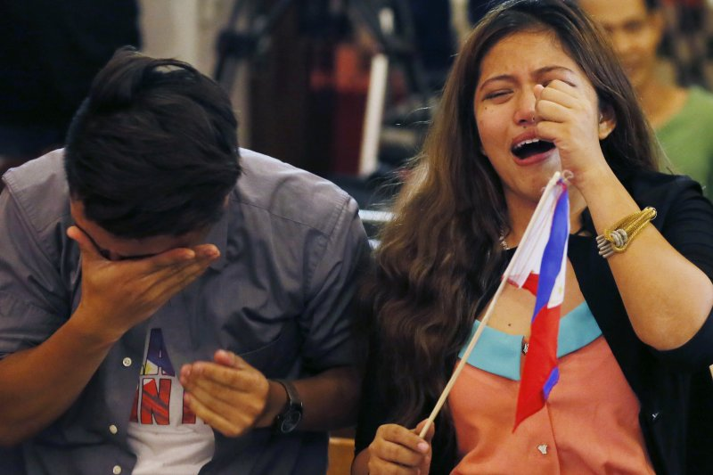 南海仲裁結果12日出爐,菲律賓人喜極而泣。(美聯社)