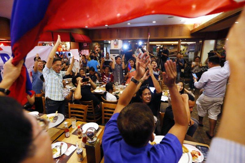 南海仲裁結果12日出爐,菲律賓人拍手稱快。(美聯社)