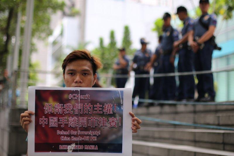 菲律賓的民眾在中國大使館外抗議,要求中國離開黃岩島。(美聯社)