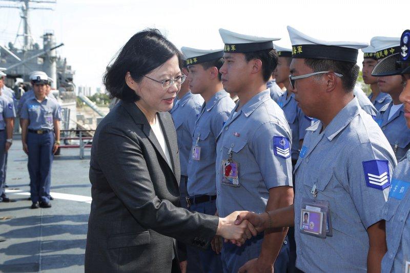 總統蔡英文日前登上康定級迪化艦,對巡弋太平島的官兵講話。(美聯社)