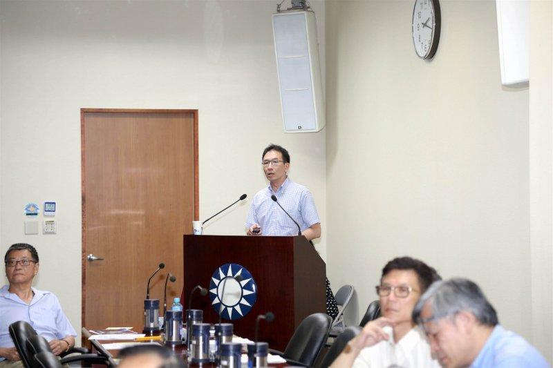 國民黨中常會,中華民國海洋事務與政策協會祕書長王冠雄13日在國民黨中常會上抨擊,仲裁法庭的嚴苛標準,世界上恐怕有一半以上的島礁都會受嚴格的檢驗。(國民黨提供)